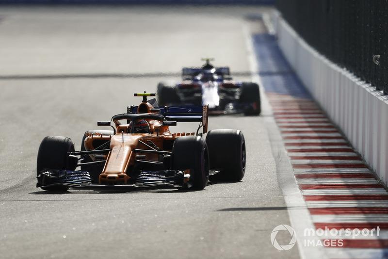 Stoffel Vandoorne, McLaren MCL33, Pierre Gasly, Scuderia Toro Rosso STR13