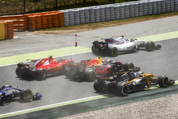 Felipe Massa, Williams FW40, Kimi Raikkonen, Ferrari SF70H, Max Verstappen, Red Bull Racing RB13, Jolyon Palmer, Renault Sport F1 Team RS17, at the start of the race