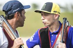 Гонщик Yamaha Factory Racing Валентино Росси и Нассер Аль-Аттия, стрелковый клуб Лосаила
