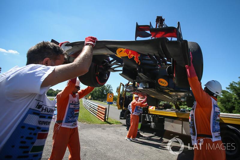 Маршали вивозять з траси болід Даніеля Ріккардо, Red Bull Racing RB13