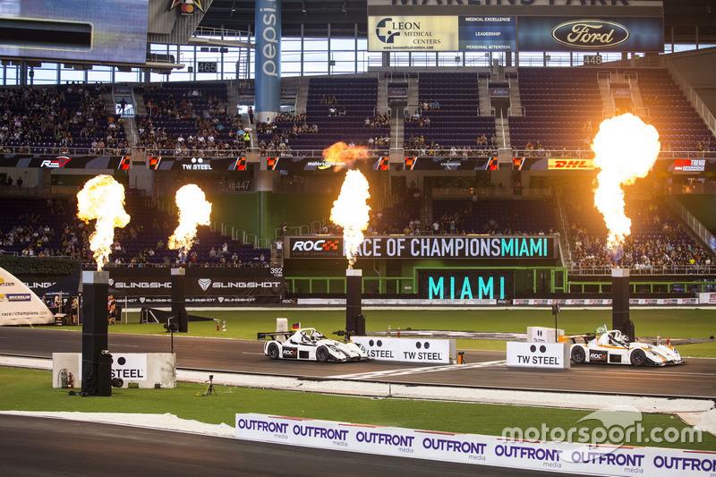 Helio Castroneves, supera a Sebastian Vettel, conduce el Radical SR3 RSX