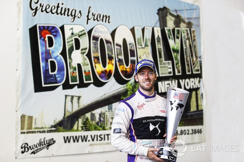 Sam Bird, DS Virgin Racing, posa para una foto con su trofeo