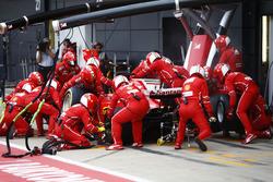 Sebastian Vettel, Ferrari SF70H, pit stop