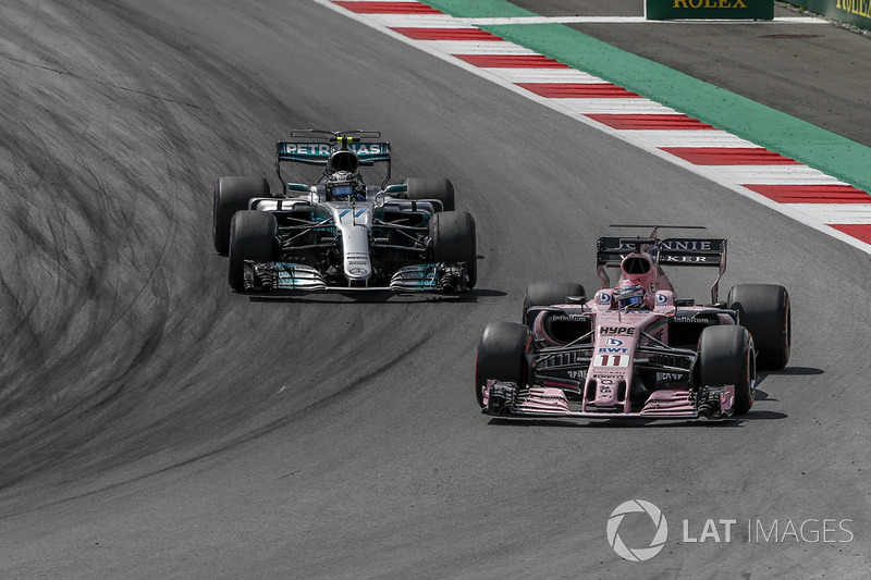 Sergio Perez, Sahara Force India VJM10 and Lewis Hamilton, Mercedes-Benz F1 W08