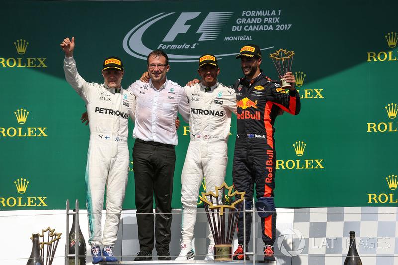 Подиум: победитель Льюис Хэмилтон и обладатель второго места Валттери Боттас, Mercedes AMG F1, третье место – Даниэль Риккардо, Red Bull Racing, Лоик Серра, Mercedes AMG F1
