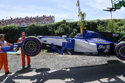 Temporada 2017 F1-canadian-gp-2017-the-car-of-pascal-wehrlein-sauber-c36-is-recovered-after-crashing-in-q