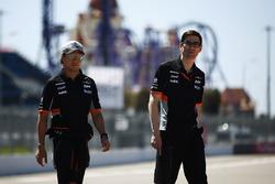 Sergio Perez, Force India, camina por el circuito