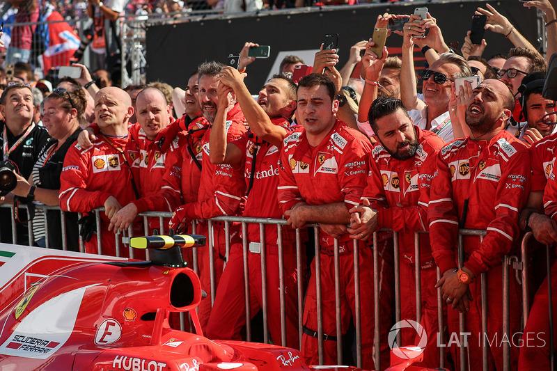 Ferrari team mecánicos celebran en parc ferme