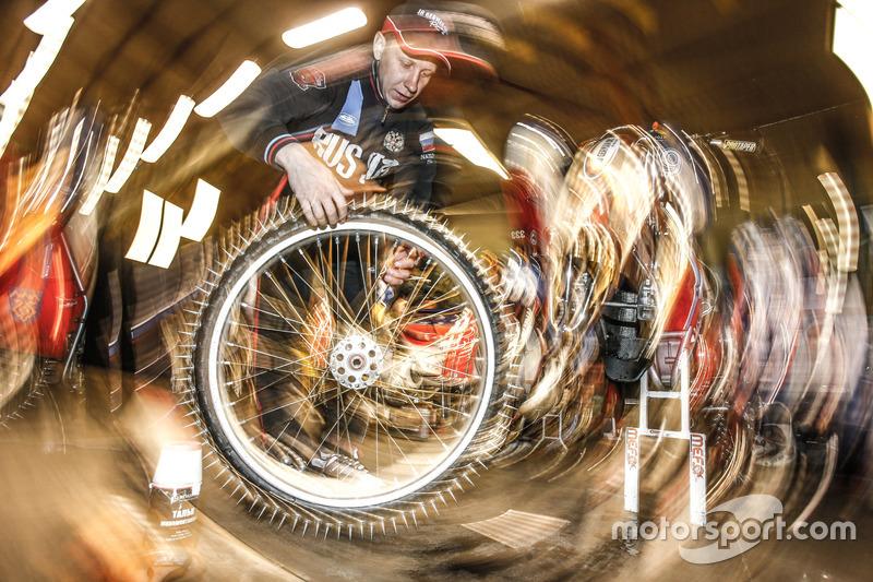 Дмитрий Хомицевич работает над мотоциклом