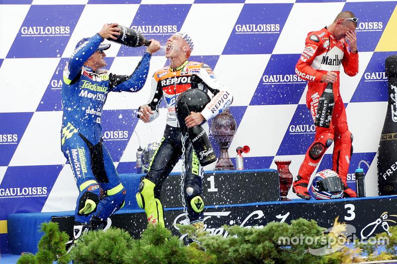 Podium: race winner Valentino Rossi, second place Sete Gibernau, Honda, third place Troy Bayliss, Ducati
