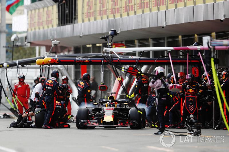 Daniel Ricciardo, Red Bull Racing RB14 Tag Heuer, selesai pit stop