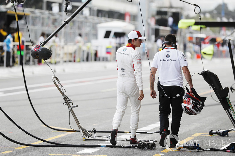 Charles Leclerc, Sauber, en pits