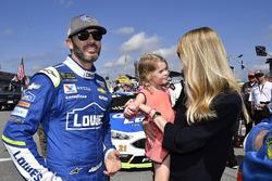 Jimmie Johnson, Hendrick Motorsports Chevrolet, mit Ehefrau Chandra und Tochter Lydia