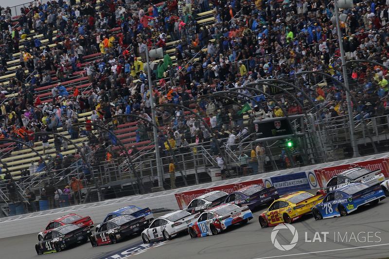 Brad Keselowski, Team Penske, Ford Fusion Miller Lite Kyle Busch, Joe Gibbs Racing, Toyota Camry M&M
