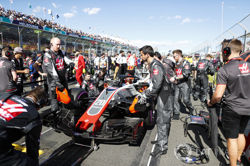 Haas F1 engineers prepare the car of Kevin Magnussen, Haas F1 Team VF-18 Ferrari, on the grid