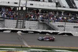 Bandera a cuadros para el #67 Ford Performance Chip Ganassi Racing Ford GT: Ryan Briscoe, Richard Westbrook, Scott Dixon