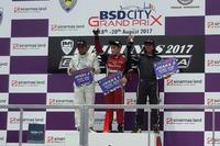 Gerhard Lukita di podium juara pertama