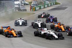 Lance Stroll, Williams FW41, devant Fernando Alonso, McLaren MCL33, Stoffel Vandoorne, McLaren MCL33, Sergey Sirotkin, Williams FW41, Marcus Ericsson, Sauber C37, Pierre Gasly, Toro Rosso STR13, et Romain Grosjean, Haas F1 Team VF-18, au départ