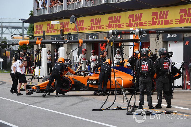 Fernando Alonso, McLaren MCL33 retires from the race