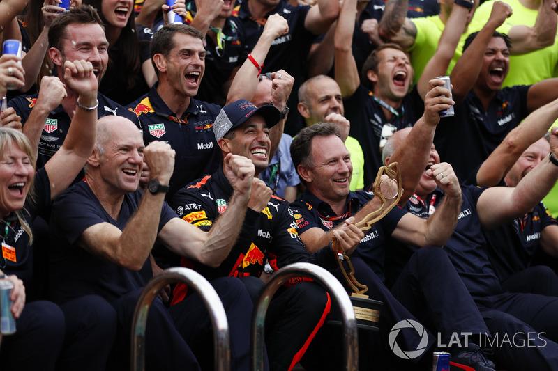 Red Bull ekibi havuzun yanında zaferi kutluyor