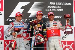 Подиум: второе место – Ярно Трулли, Toyota, победитель гонки Себастьян Феттель, Red Bull Racing, третье место – Льюис Хэмилтон, McLaren