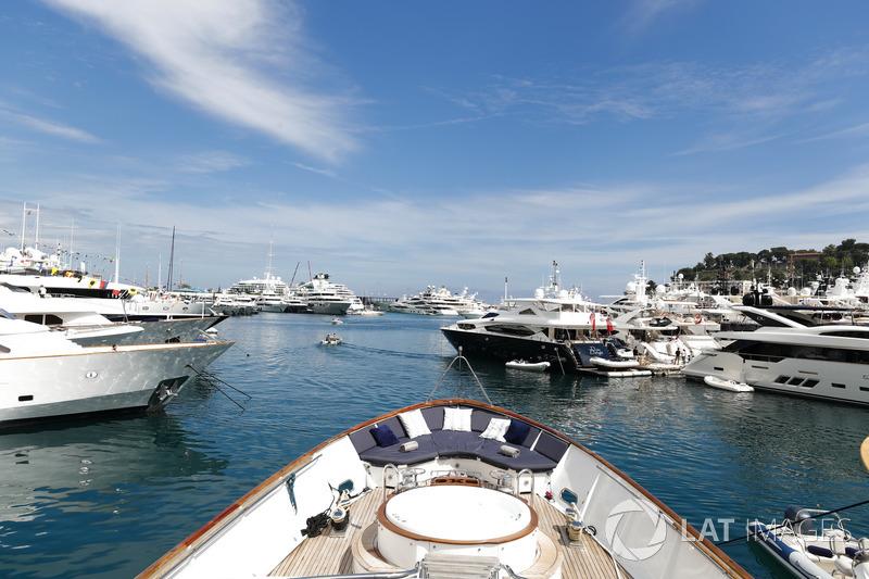 Yacht e barche nel porto
