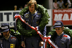 Podium: race winner Ronnie Peterson, Lotus, second place Niki Lauda, Ferrari, third place Clay Regazzoni, Ferrari