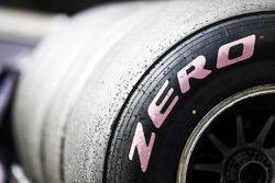 Un pneu Pirelli hypertendre rose