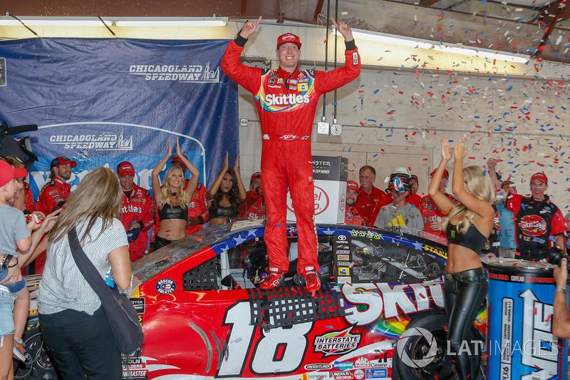Il vincitore della gara Kyle Busch, Joe Gibbs Racing, Toyota Camry Skittles Red White & Blue