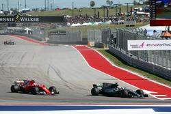 Lewis Hamilton, Mercedes AMG F1 W08 supera Sebastian Vettel, Ferrari SF70-H