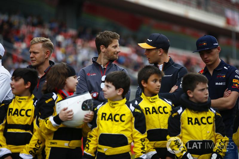 Los jóvenes pilotos de kart apoyados por el RACC, el club de autos más grande de España, posan con Kevin Magnussen, Haas F1 Team, Romain Grosjean, Haas F1 Team, Stoffel Vandoorne, McLaren y Max Verstappen, Red Bull Racing