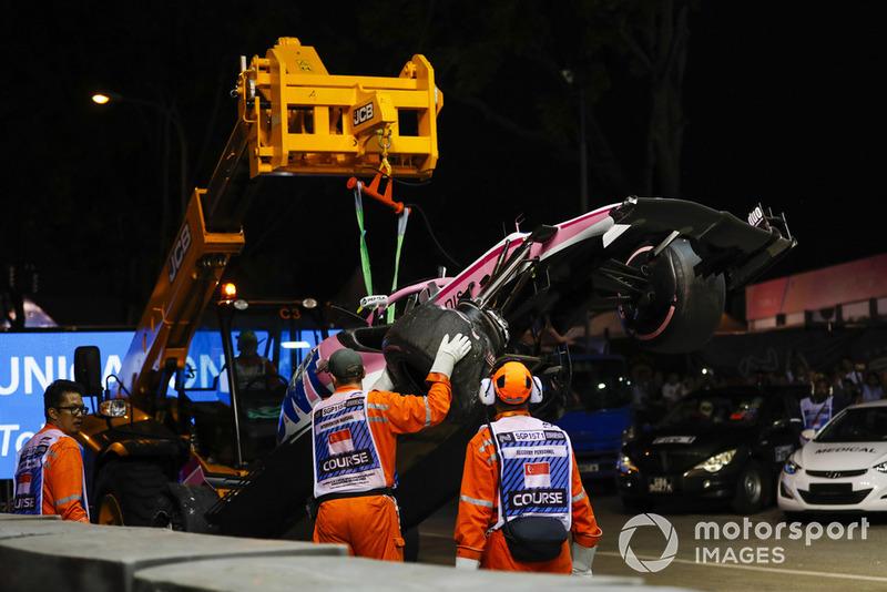 Oficiales de pista remueven el coche dañado deEsteban Ocon, Racing Point Force India VJM11