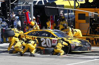 Erik Jones, Joe Gibbs Racing, Toyota Camry DeWalt pit stop