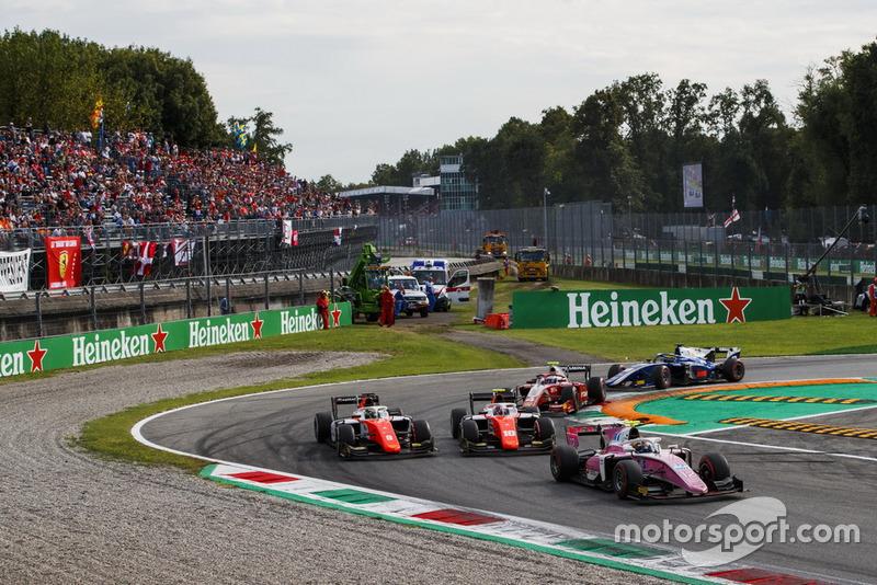 Tout comme Dorian Boccolacci, qui a marqué ses premiers points en Formule 2, ici à la lutte avec son coéquipier