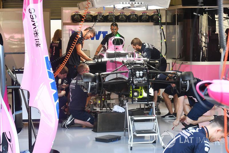 Force India VJM11 в боксах