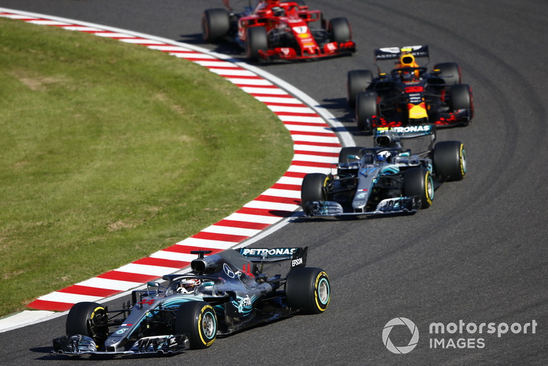 Lewis Hamilton, Mercedes AMG F1 W09, Valtteri Bottas, Mercedes AMG F1 W09 y Max Verstappen