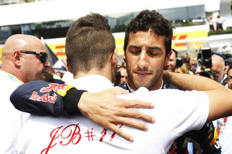 Daniel Ricciardo, Red Bull Racing, embraces Tom Bianchi on the grid