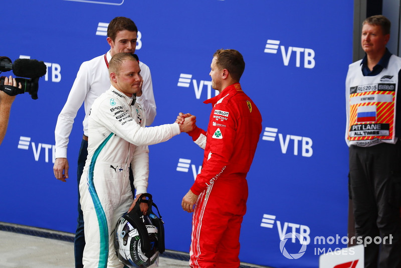 Valtteri Bottas, Mercedes AMG F1 e Sebastian Vettel, Ferrari, si congratulano a vicenda