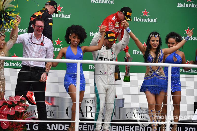 Le vainqueur Lewis Hamilton, Mercedes AMG F1 fête sa victoire sur le podium avec Andy Shovlin, ingénieur en chef Mercedes-AMG F1 et des danseuses brésiliennes