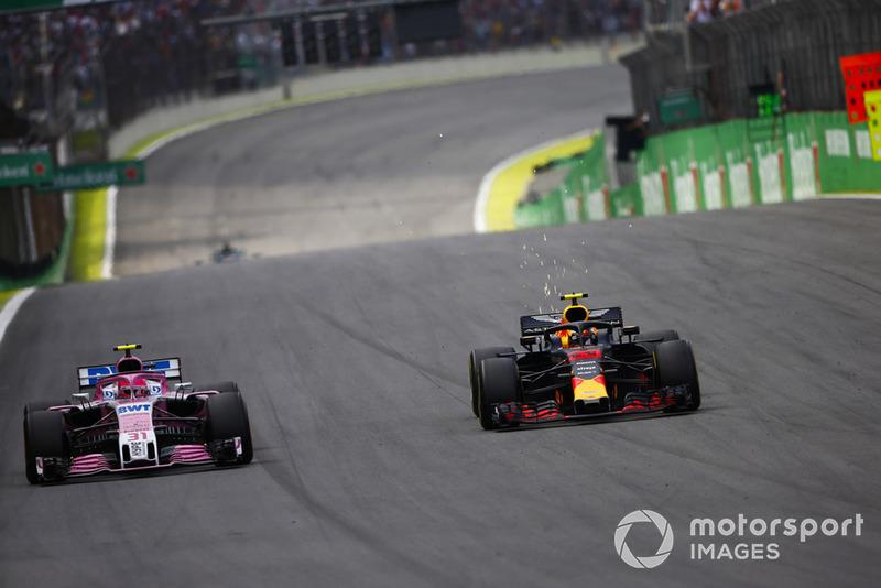 Макс Ферстаппен, Red Bull Racing RB14 Tag Heuer, Естебан Окон, Force India VJM11 Mercedes, перед зіткненням