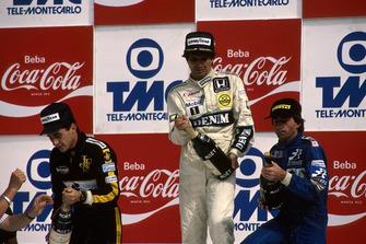 Il vincitore Nelson Piquet, Williams FW11, Ayrton Senna, Lotus 98T, 2° classificato, Jacques Laffite, Ligier JS27, 3° classificato