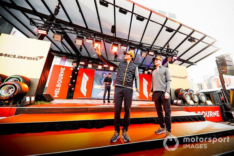 Carlos Sainz Jr., McLaren e Lando Norris, McLaren, scattano un selfie sul palco durante l'evento a Federation Square