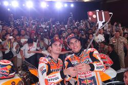 Marc Marquez, Repsol Honda Team, Dani Pedrosa, Repsol Honda Team selfie met de media