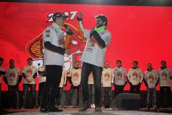 Celebración Marc Márquez en Cervera con su jefe de mecánicos Santi Hernández