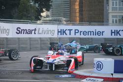 Felix Rosenqvist, Mahindra Racing et Luca Filippi, NIO Formula E Team s'accrochent