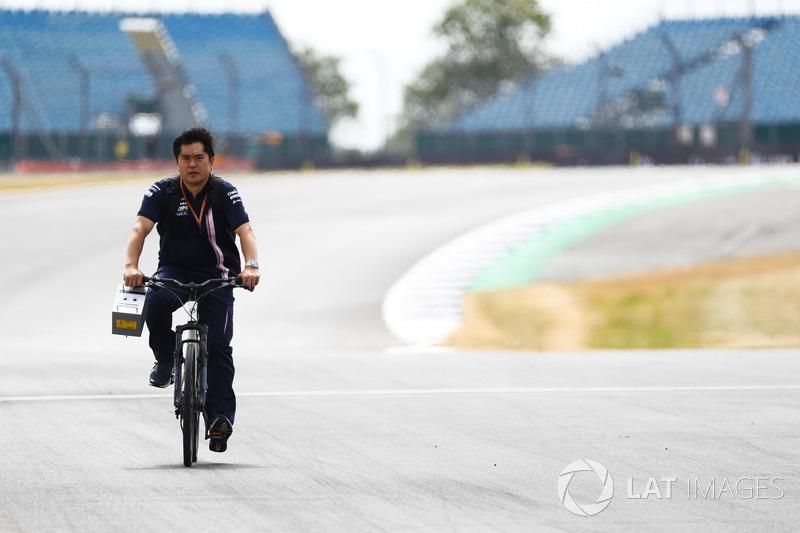 Un membro del team Force India va in bici lungo il circuito
