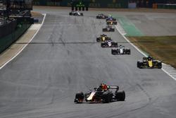 Daniel Ricciardo, Red Bull Racing RB14, lidera a Nico Hulkenberg, Renault Sport F1 Team R.S. 18, y Charles Leclerc, Sauber C37