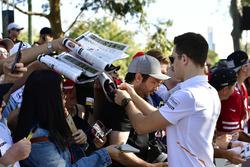 Stoffel Vandoorne, McLaren, signe des autographes