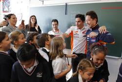 Dani Pedrosa y Marc Marquez, Repsol Honda Team en un colegio