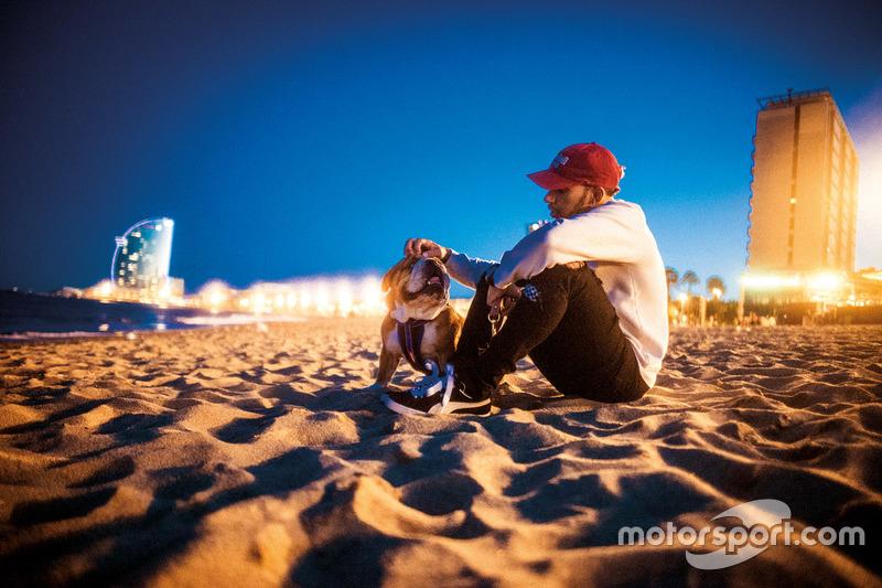 Lewis Hamilton, Mercedes-Benz F1 avec Roscoe sur la plage